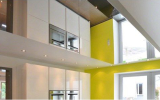 Зеркальный натяжной потолок ПВХ в коридоре