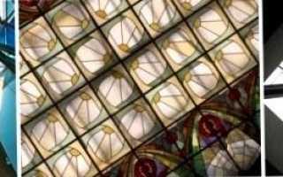 Витражные стекла закреплены на потолке