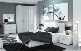Белый глянец станет идеальным обрамлением стильной спальни в светлых тонах
