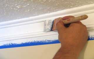 Покраска потолочного плинтуса — эффект патинирования