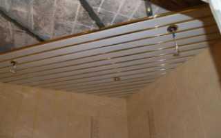 Крепление стрингеров к подвесам при монтаже реечного потолка